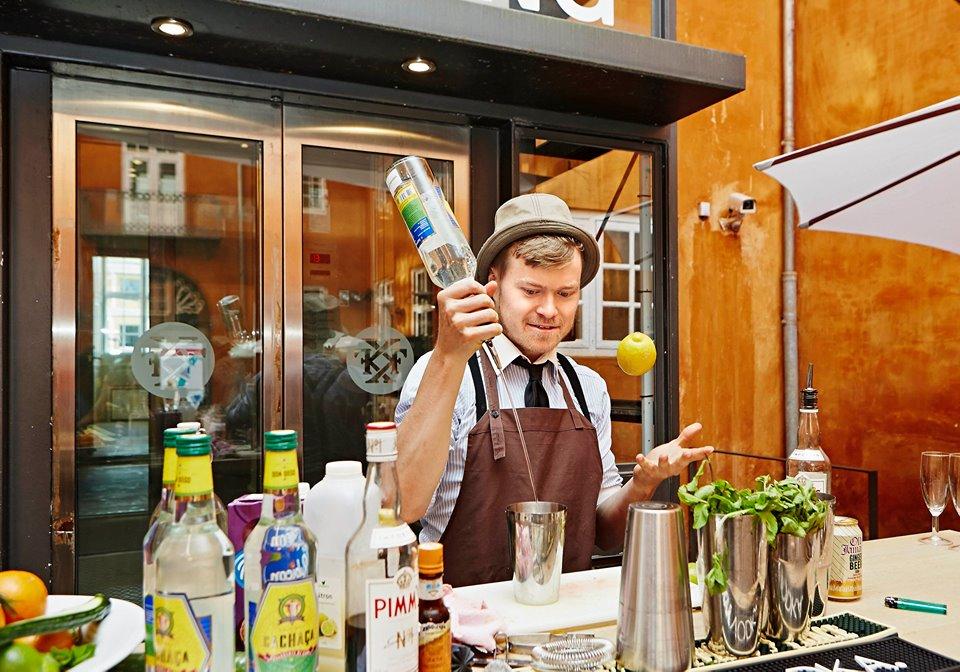 Kvalitets Cocktail Bartender - Underholdning til fest - Bartender Udlejning